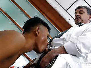 डॉक्टर डैडी माइक एशियाई लड़के fucks