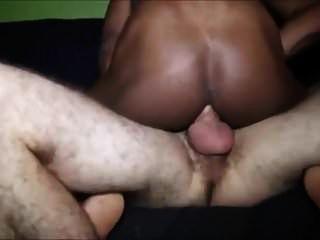 विशाल लंड वाले गोरे आदमी आते हैं और काले लड़कों को सहलाते हैं