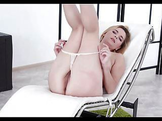 जेसिका स्पीलबर्ग अपने पैर की उंगलियों को चूसने