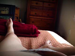 बेडरूम में अकेला