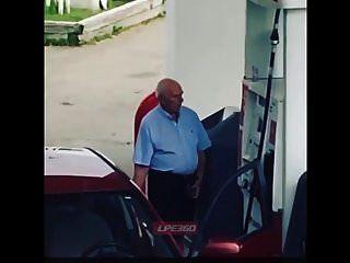 गैस पंप पर पुराने आदमी लिंग बाहर
