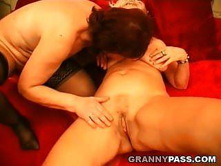 समलैंगिक दादी चुंबन और चाट