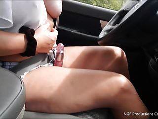 विद्रोही धूम्रपान करता है और ड्राइविंग करते समय डिल्डो को स्ट्रोक करता है