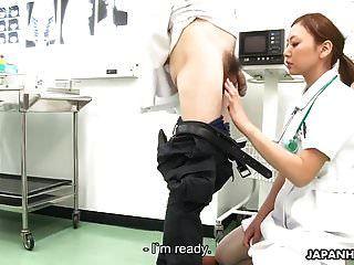 नर्स ने डॉक्टर को चूसा और उसके पूरे चेहरे पर झांके