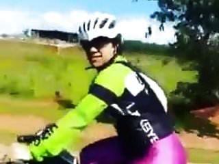 चमकदार लाइक्रा सेक्सी महिलाओं में बाइक