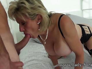 ब्रिटिश सोनिया उसके बड़े प्रशंसकों में से एक को उसकी मम्मी की चूत चोदने देता है