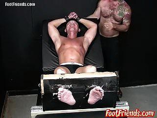 पेरवी ट्विंक फ्रेंको को बांधने और तन द्वारा गुदगुदी करने में आनंद मिलता है