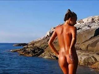 चट्टानों पर नग्न समुद्र तट गर्म गोरा