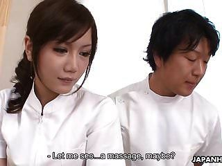 एशियाई नर्स अपने मरीज की कठोर हड्डी से एक कौर प्राप्त करती है