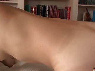 कठोर सेक्स के दृश्यों में बड़े स्तन हिलाते