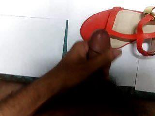 सुंदर नारंगी ऊँची एड़ी के जूते पर कमिंग