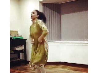 ब्रिटेन के पाकिस्तानी लड़की ने गैर नृत्य पारंपरिक गैर नग्न