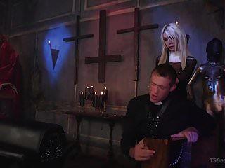 बहन आब्रे केट शरारती पुजारी को सजा देती है