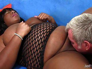 काले बीबीडब्ल्यू डाफ्ने डेनियल एक आदमी को उसके मोटे शरीर से प्रसन्न करता है