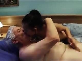 बूढ़ा आदमी अच्छे स्तन और क्रे के साथ एक सेक्सी युवा एस्कॉर्ट लड़की को बुलाता है
