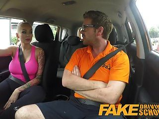 नकली ड्राइविंग स्कूल बड़े स्तन बेब उसे प्रशिक्षक fucks