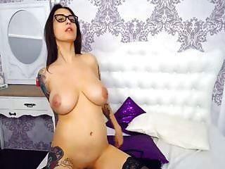 बड़े स्तन के साथ श्यामला बेब कैम पर बिल्ली हस्तमैथुन