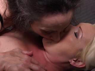 परिपक्व माँ कोरिन्ना और गासाह एक दूसरे को चोदते हैं