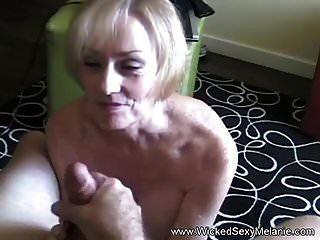 दादी एक मोटा बकवास करना चाहती है