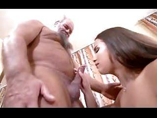 पुराने भाग्यशाली आदमी के साथ युवा सेक्सी लड़की