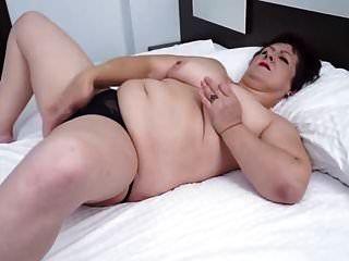 प्राकृतिक स्तन परिपक्व दादी उसे रसदार बिल्ली दिखा रहा है