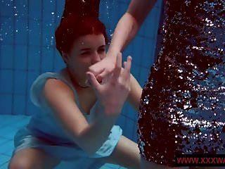 पूल में बड़े आकार के बालों वाले और तने हुए किशोर