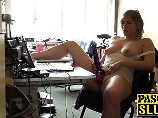 गलफुला गोरा फूहड़ मिशा मेफेयर उसके सेक्स खिलौना के साथ खेलता है