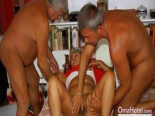 omahotel दो लोग एक बालों वाली दादी के साथ खेल रहे हैं