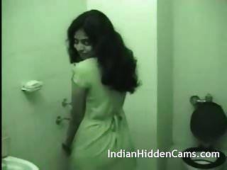 युवा भारतीय पत्नी किसी न किसी सेक्स के बाद स्नान कर रही है