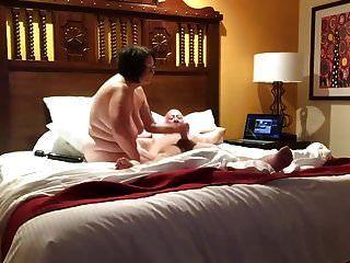 पत्नी पति के साथ खेलती है