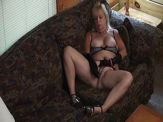 फूहड़ पोशाक के साथ दादी सोफे पर हस्तमैथुन करती है।