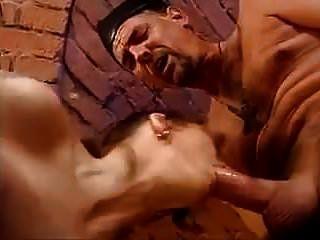 पुजारी और अप्रेंटिस की दोहरी योनि और गुदा