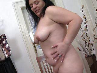 कामुक स्तन के साथ सेक्सी असली गोल-मटोल परिपक्व माँ