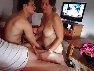 2 लोगों के साथ खेल रही पत्नी