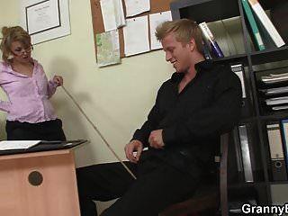 आदमी फर्श पर परिपक्व कार्यालय महिला fucks
