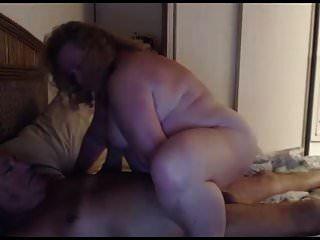 दादाजी और दादी वेब कैमरा पर खेलते हैं