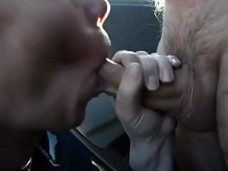 पार्क में कार के आगे पत्नी के लिए सह का मुंह!