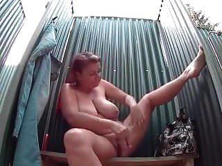 बड़े स्तन के साथ परिपक्व महिला एक सेक्सी शॉवर लेता है