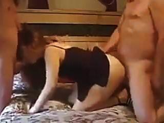 युवा पत्नी बेकार है जबकि गड़बड़ हो रही है