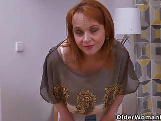 यूरो milf एलिजाबेथ स्ट्रिप्स बंद और उसके मुंडा योनी रगड़