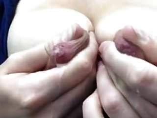 उसके विशाल स्तनपान निपल्स दुहना