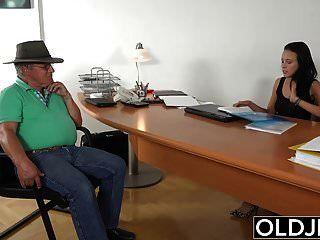 पकड़ा दादा उसे काम पर युवा श्यामला के साथ सेक्स