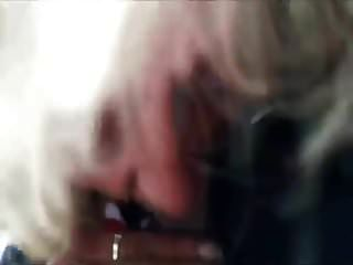 पुराने दादी कुछ डिक चूसना करने के लिए उठाया जाता है