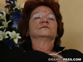 समलैंगिक दादी स्ट्रैपआन के साथ busty गोरा milf बेकार है