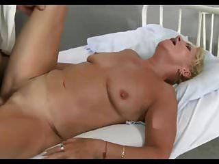 डॉक्टर अपने मरीज को पूरी जाँच करवाते हैं