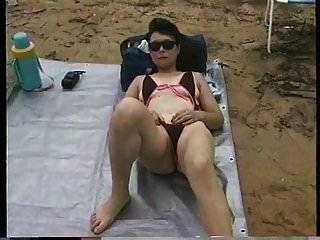 विश्वविद्यालय के पीछे समुद्र तट पर चरम स्विमिंग सूट