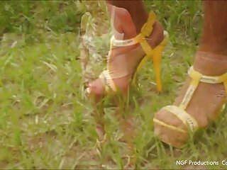 डेज़ी ड्यूक और ऊँची एड़ी के जूते में बाहर लटका