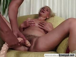 busty परिपक्व महिला और एक काला मुर्गा