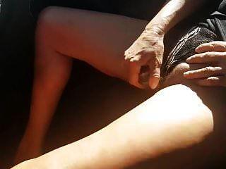 ब्रिटिश पत्नी निकोल एक ग्लास डिल्डो का उपयोग कर कार में संभोग