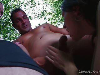 नौसिखिया अप्सरा जंगल में दो लंड लेती है